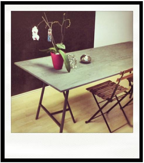 tisch auf b cken dekoration bild idee. Black Bedroom Furniture Sets. Home Design Ideas